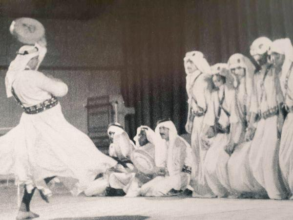 العميد طارق عبدالحكيم وهو يؤدي رقصة المجرور الطائفي